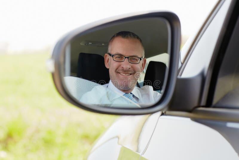 усмехаться автомобиля камеры бизнесмена стоковые изображения