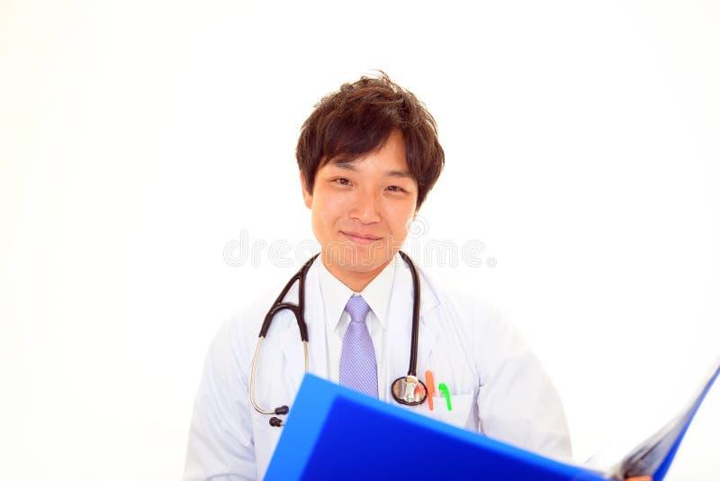 усмехаться азиатского доктора медицинский стоковые изображения rf