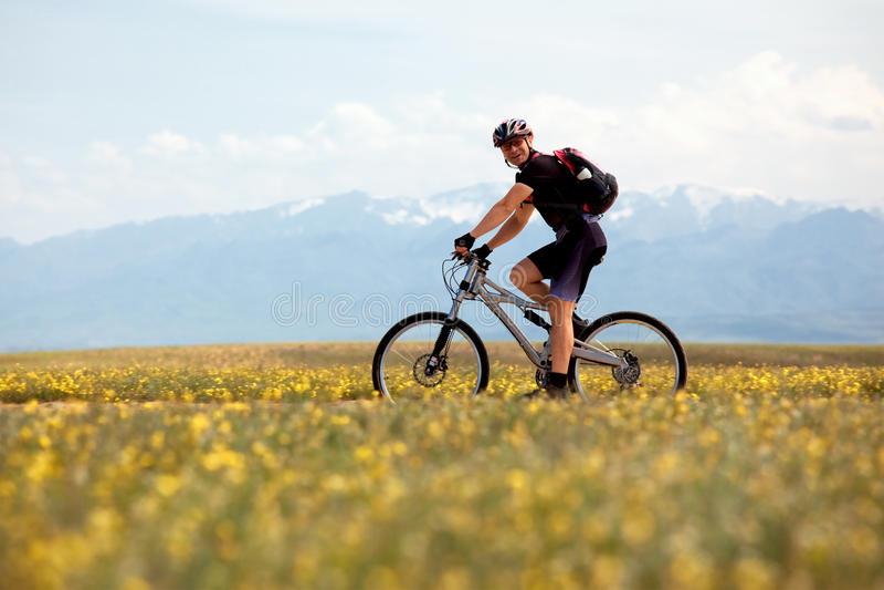 усмехаться горы велосипедиста стоковые фотографии rf