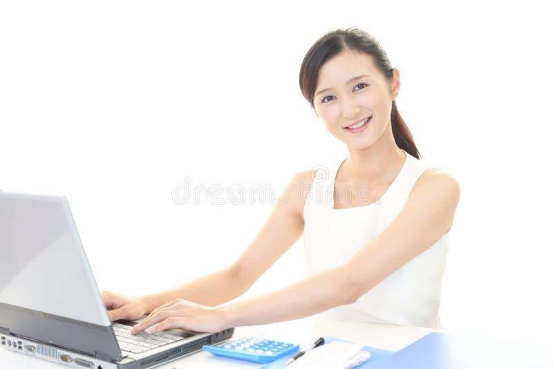 Усмехаться дамы офиса стоковые фотографии rf
