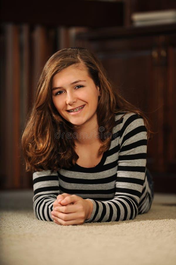 Усмехаться девочка-подростка стоковая фотография