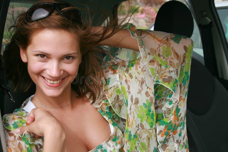 усмехаться девушки автомобиля сидя стоковое изображение