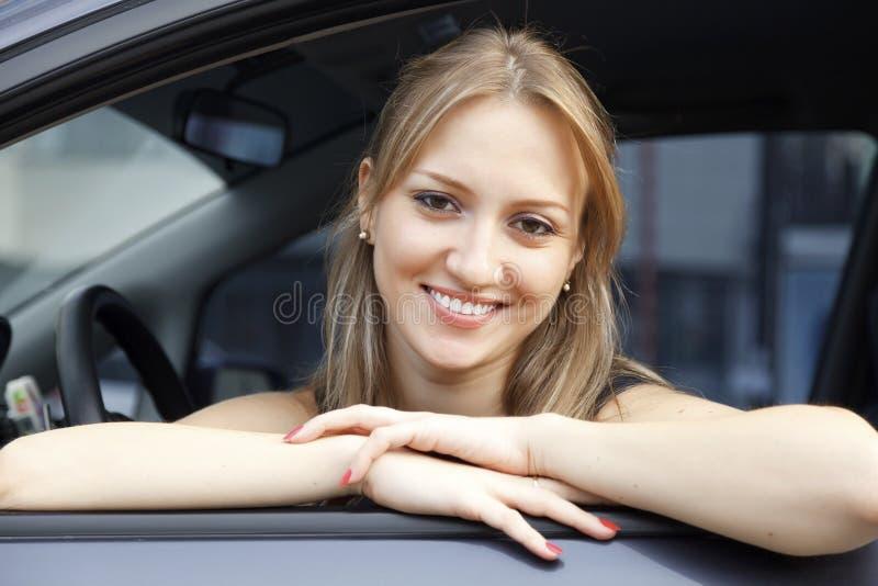 усмехаться девушки автомобиля стоковые изображения