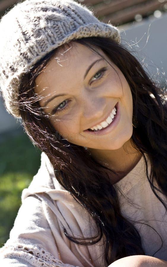 усмехаться девушки довольно подростковый стоковое фото