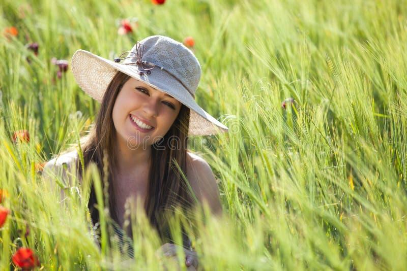 усмехаться девушки поля стоковое фото rf