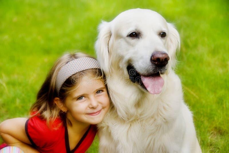 усмехаться девушки собаки стоковое изображение rf