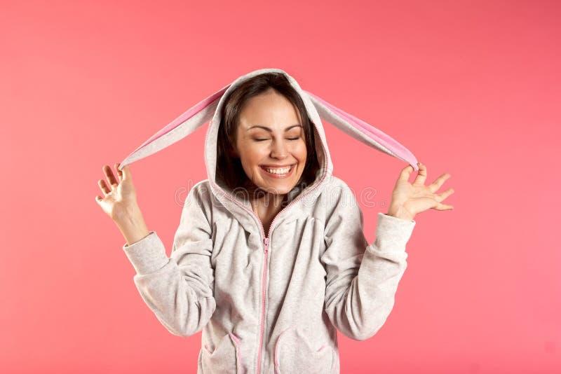 усмехаться девушки costume зайчика стоковое изображение