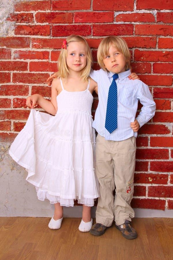 усмехаться детей счастливый обнимая стоковые фотографии rf