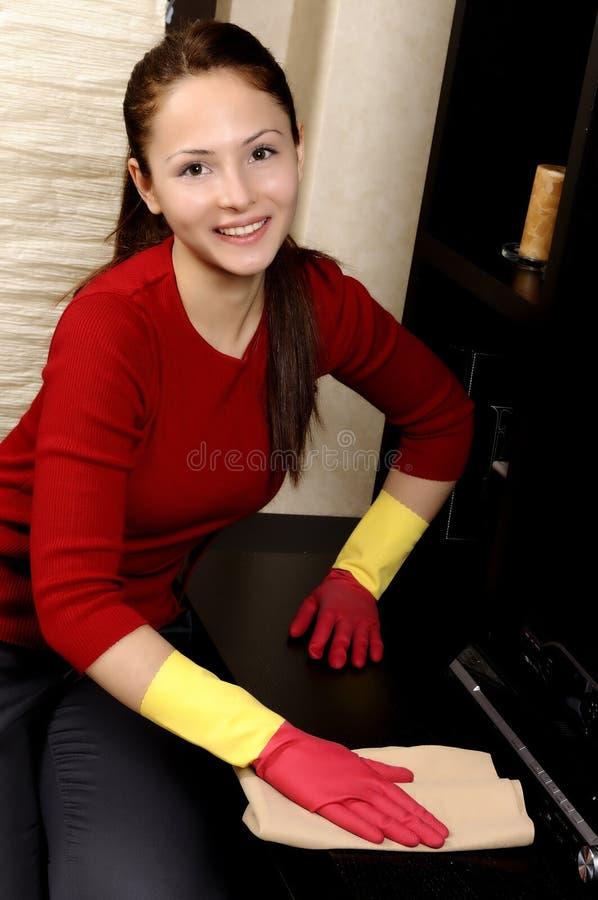 усмехаться дома девушки чистки стоковые фотографии rf