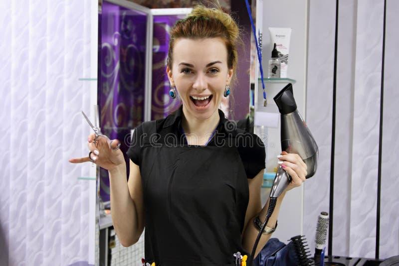 Усмехаться девушки парикмахера стоковые фотографии rf