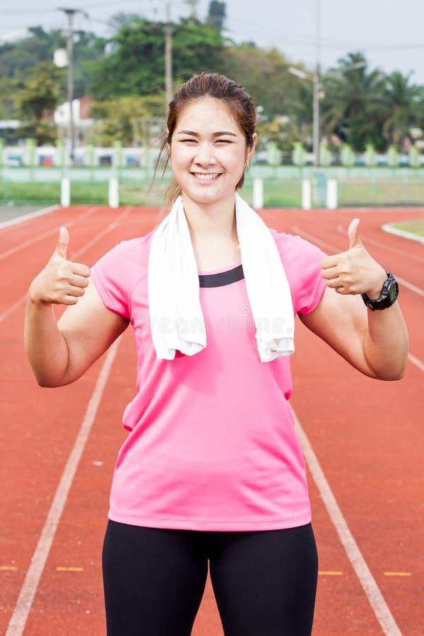 Усмехаться женщины бегуна стоковое фото rf
