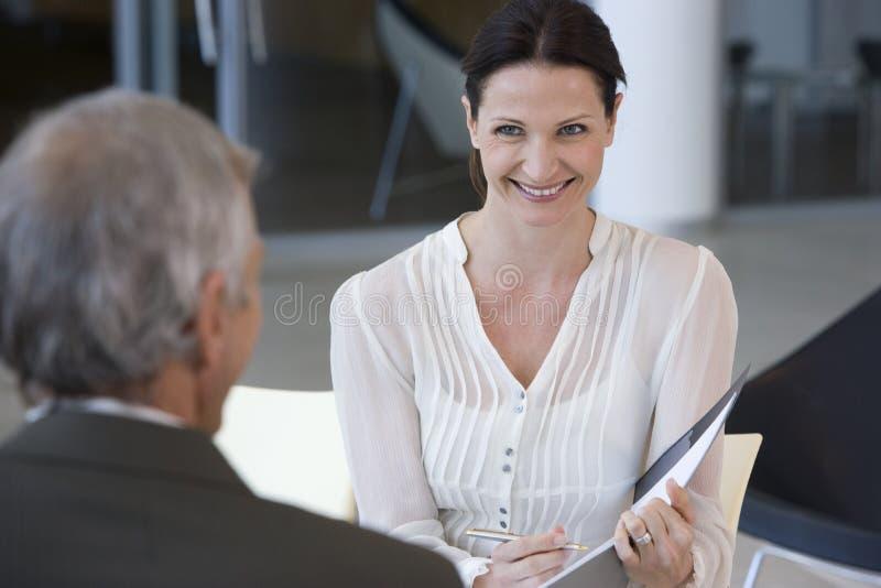 усмехаться женщины консультанта стоковые изображения rf