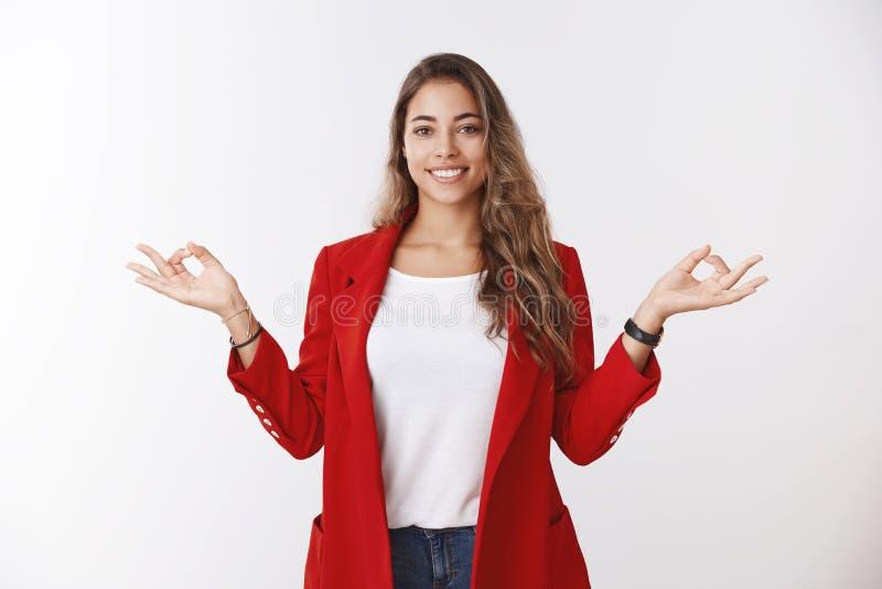 Усмехаться жеста дзэна mudra счастливых спокойных свободных от стресс современных рук чувств управлением коммерсантки 25s косой п стоковое фото rf