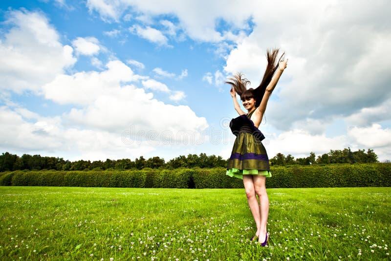 усмехаться зеленого лужка девушки милый стоковые фото