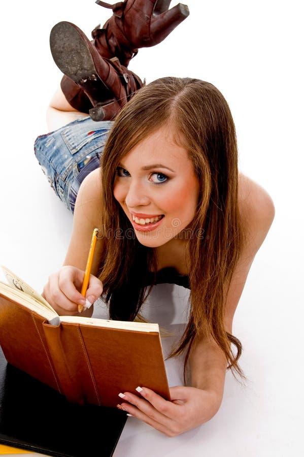 усмехаться изучающ женщину взгляда сверху стоковые фото