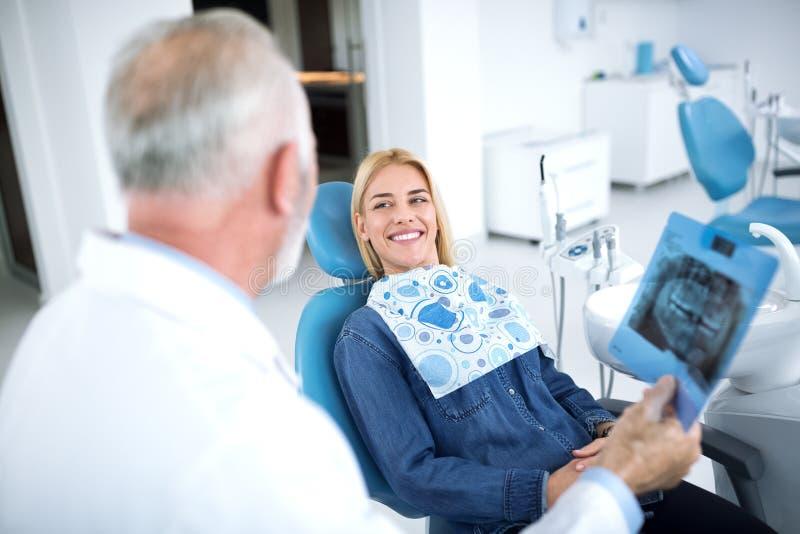 Усмехаться и удовлетворенный пациент после успешной обработки с ним стоковое изображение rf