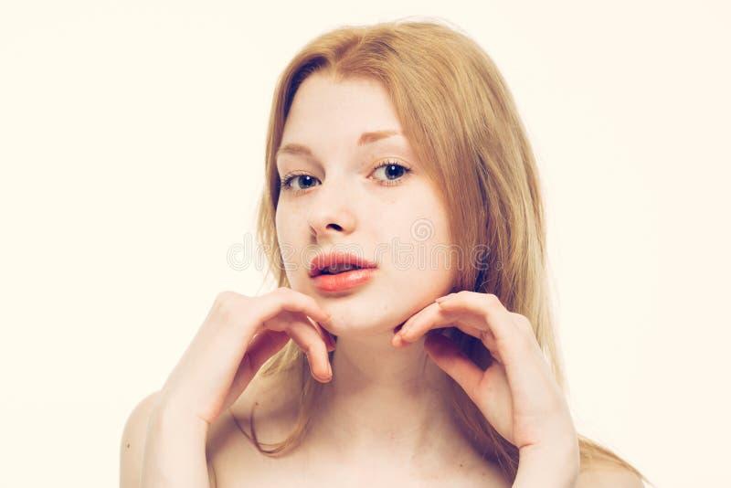 Усмехаться красивого портрета стороны женщины молодой счастливый стоковые фотографии rf