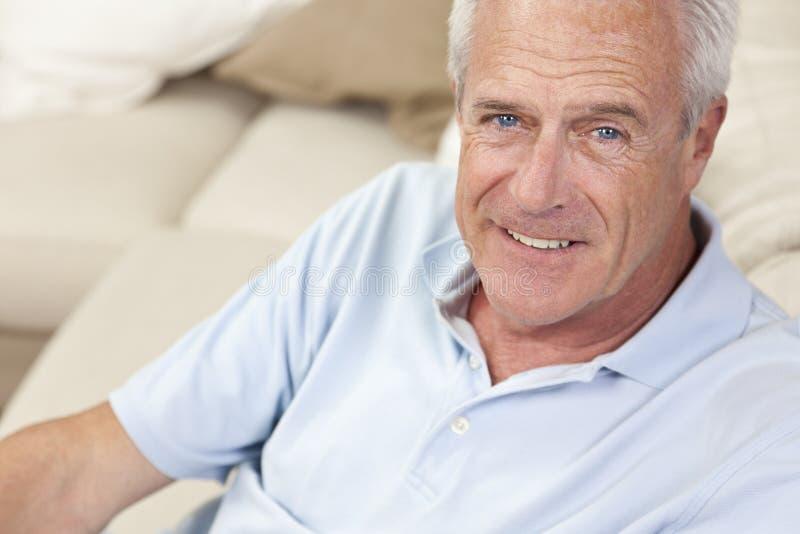усмехаться красивого счастливого домашнего человека старший стоковое изображение