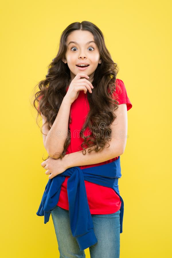 Усмехаться маленькой девочки   E skincare и естественные волосы t удивленный стоковое изображение