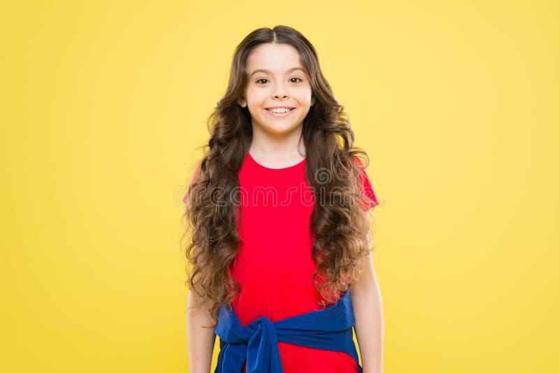Усмехаться маленькой девочки t ребенок хипстера   салон парикмахера skincare и естественное стоковое изображение rf
