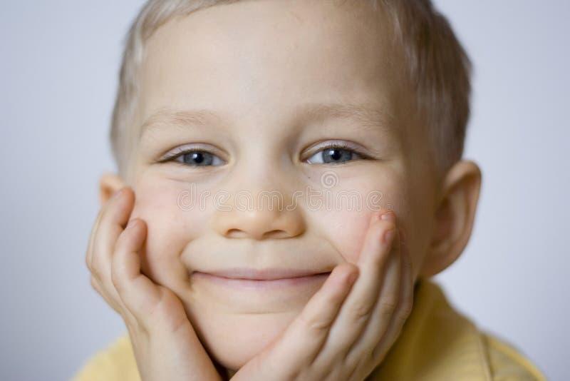Download усмехаться мальчика стоковое изображение. изображение насчитывающей глаза - 495685