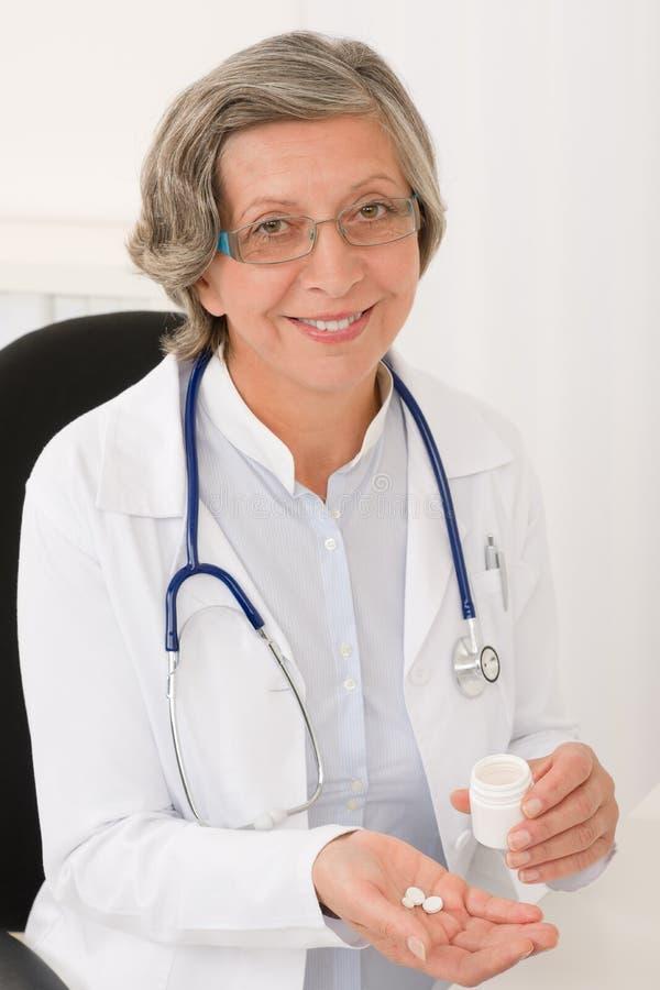 Усмехаться пилек владением медицинского доктора старший женский стоковое изображение rf