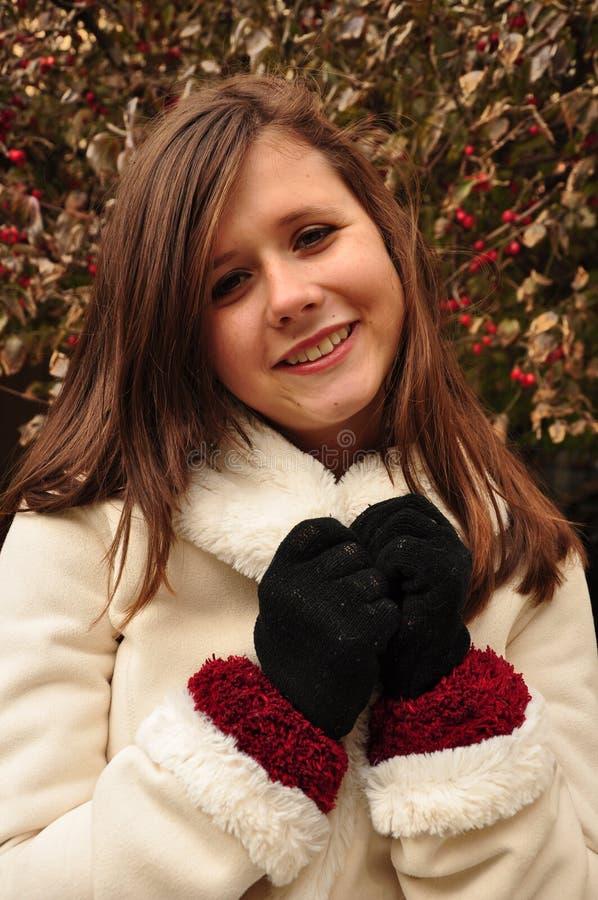 Усмехаться предназначенный для подростков в белом пальто стоковое изображение