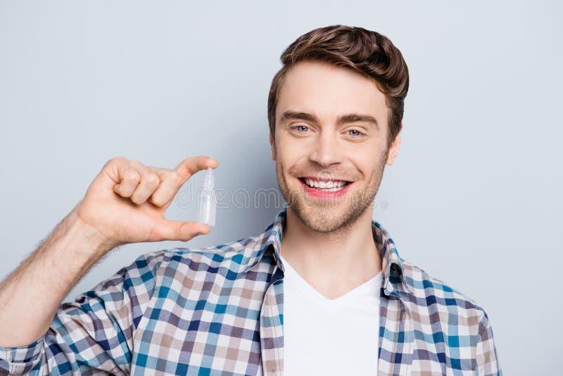 Усмехаться, привлекательный, положительный показ парня носовой или брызг глаза, pl стоковая фотография rf