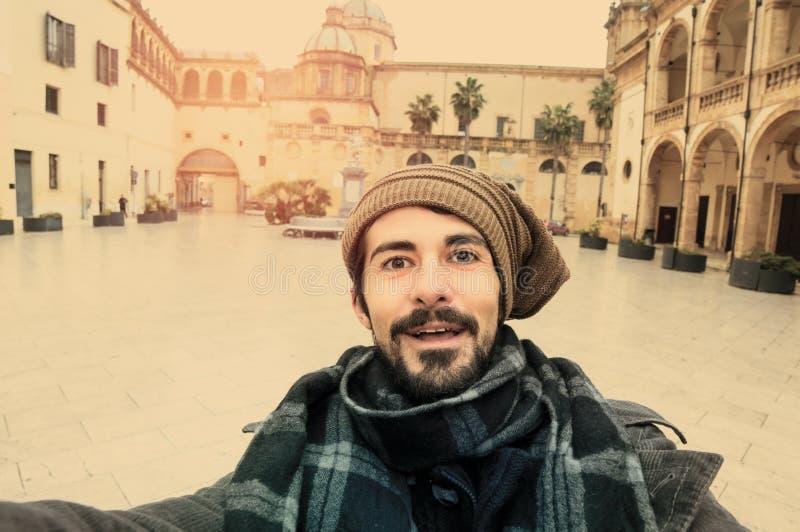 Усмехаться принимающ Selfie в стиле тонизированном instagram стоковое изображение