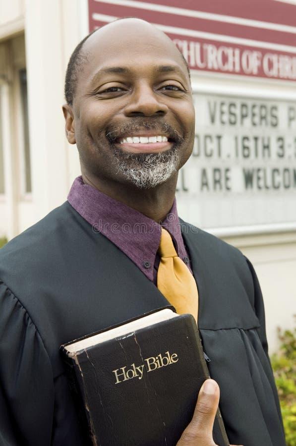 усмехаться проповедника церков передний стоковые изображения