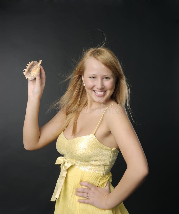 усмехаться раковины руки девушки стоковое фото
