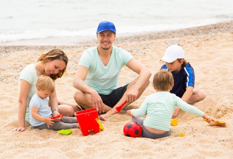 усмехаться семьи детей стоковые изображения rf