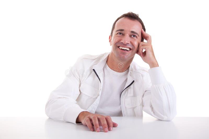 усмехаться середины человека стола времени сидя стоковые фото