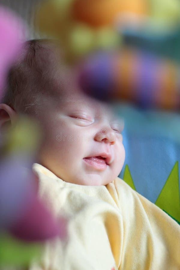 усмехаться спать младенца стоковое изображение