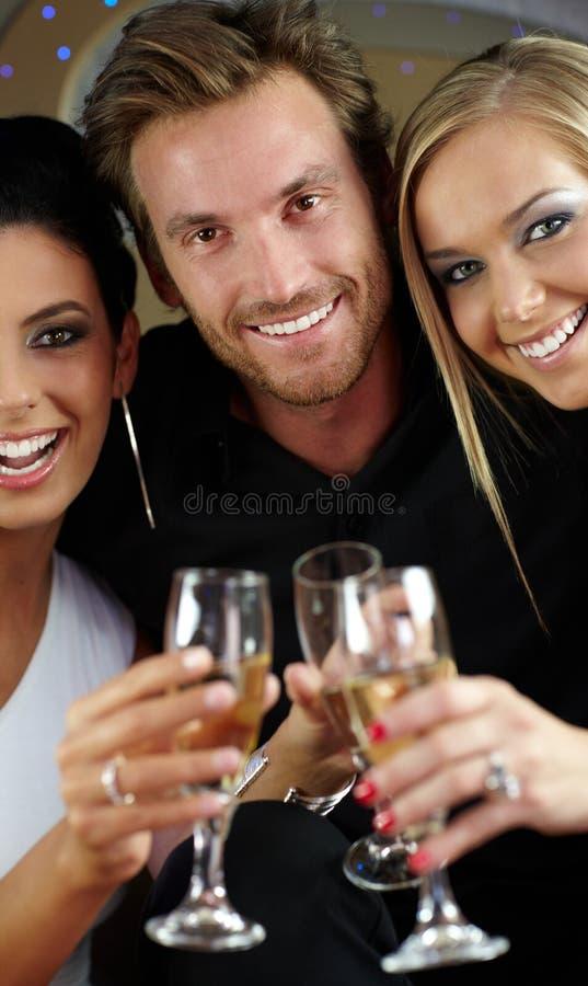 Усмехаться стекел красивых людей clinking стоковое изображение
