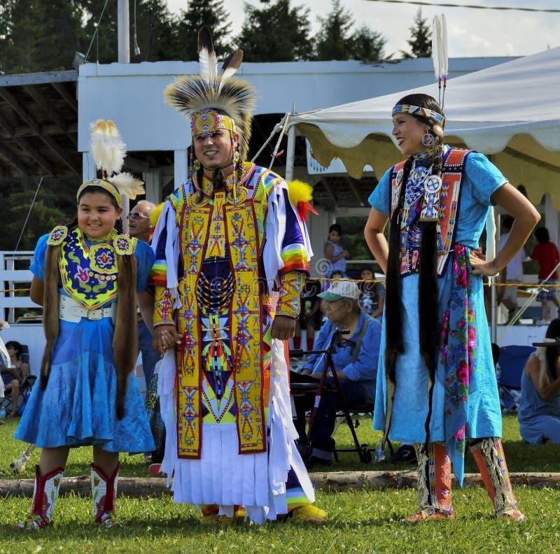 Усмехаться танцоров семьи Micmac коренного американца стоковое фото rf