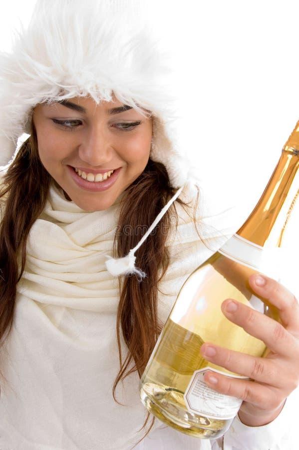 усмехаться удерживания Шампаря бутылки женский стоковое фото rf