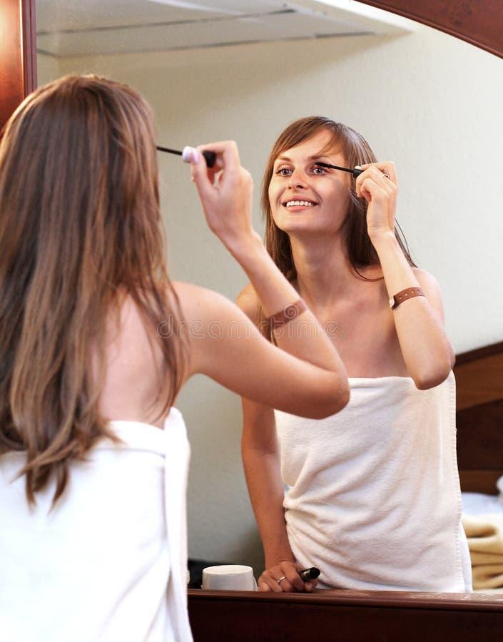 Download усмехаться mascara девушки стоковое изображение. изображение насчитывающей девушка - 6868909