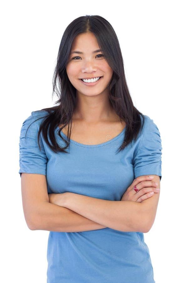 Усмехаясь азиатская женщина при пересеченные оружия стоковое фото rf