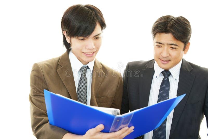 Download Усмехаясь азиатские бизнесмены Стоковое Фото - изображение насчитывающей возможность, счастье: 37931308