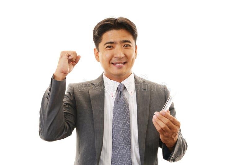 Download Усмехаясь азиатский бизнесмен с Smartphone Стоковое Изображение - изображение насчитывающей радостно, одетьно: 37931279