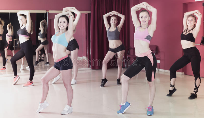 Усмехаясь активные женщины работая движения танца стоковые фото