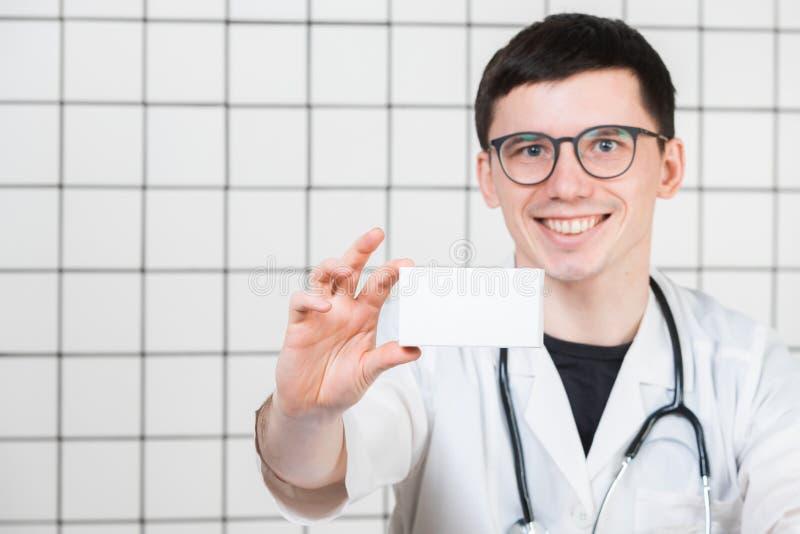 Усмехаясь аптекарь держа коробку пилюлек в фармации стоковая фотография rf