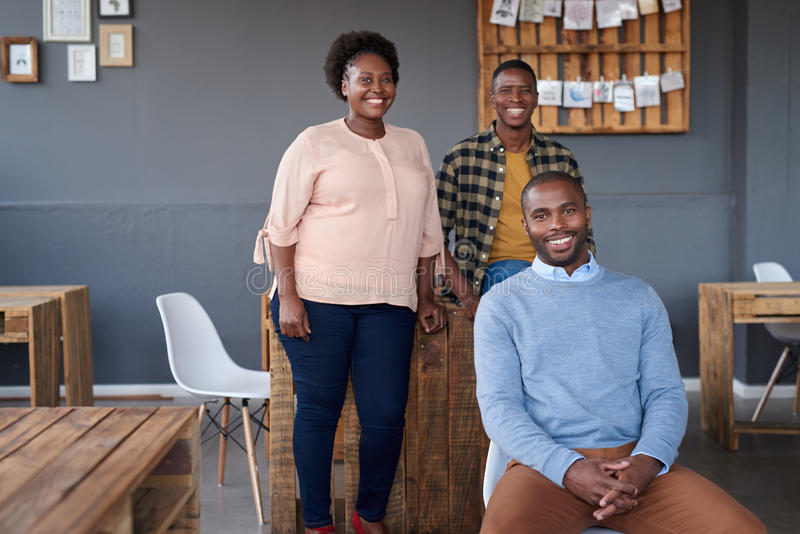 Усмехаясь африканские коллеги работая совместно в современном офисе стоковая фотография