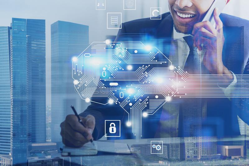 Усмехаясь африканский бизнесмен в городе, мозге AI стоковое изображение rf