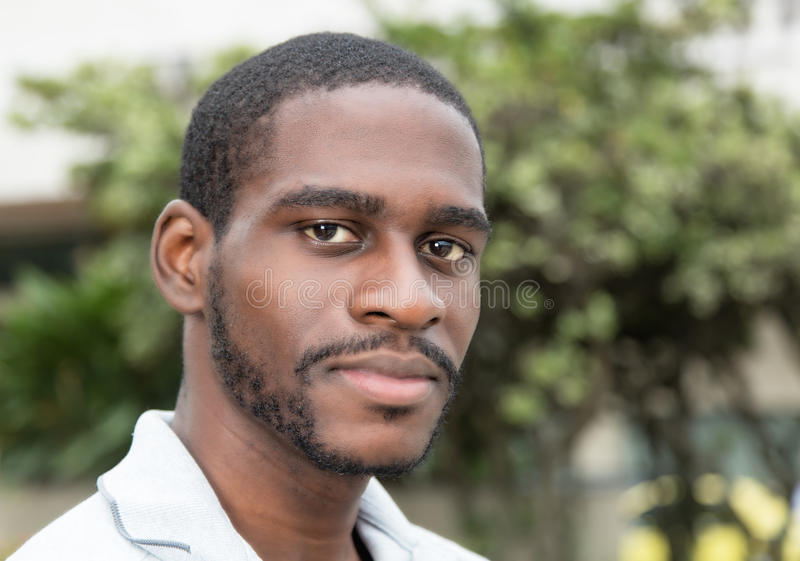 Усмехаясь африканский человек с бородой стоковая фотография rf