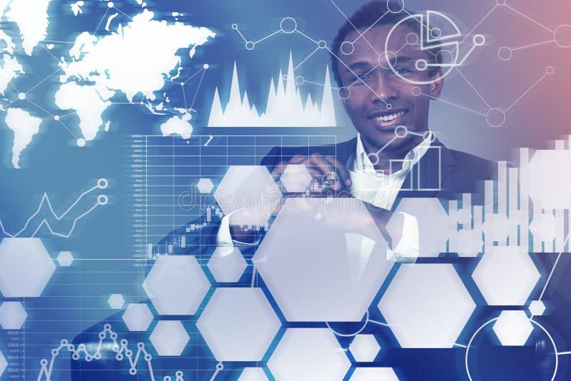 Усмехаясь Афро-американский бизнесмен, диаграммы бесплатная иллюстрация