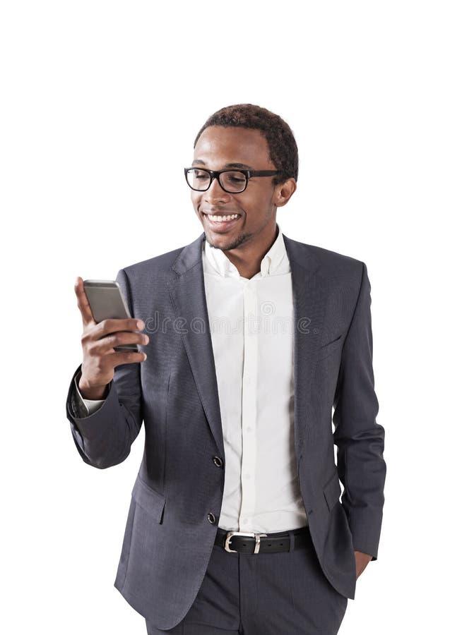 Усмехаясь Афро-американский бизнесмен, smartphone стоковое фото rf
