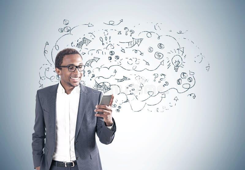 Усмехаясь Афро-американский человек с телефоном, стрелками стоковая фотография rf