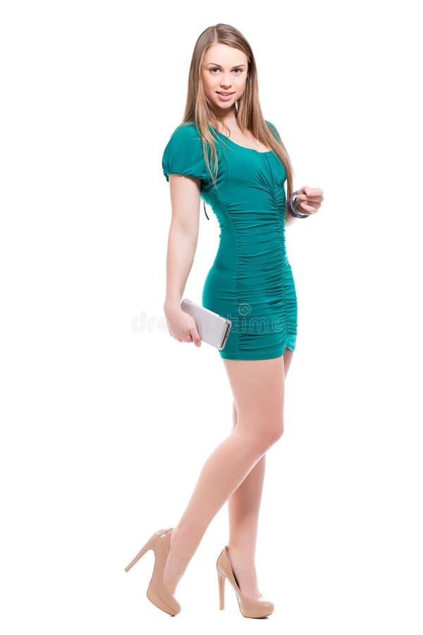 Усмехаясь белокурая женщина с smartphone стоковая фотография